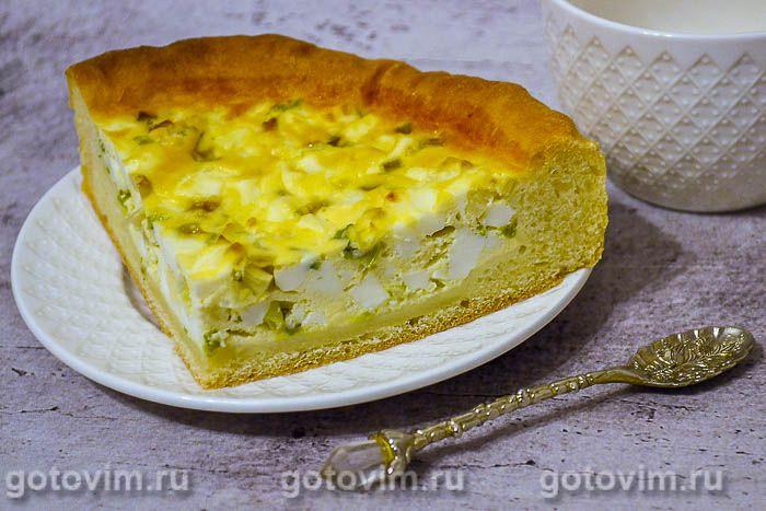 Открытый пирог с яйцом и зеленым луком
