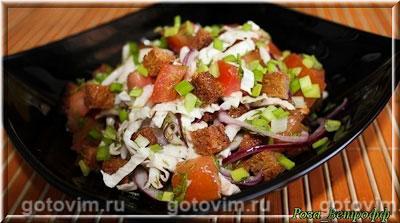 Овощной салат с сухариками. Фотография рецепта