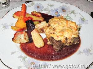 Оxfile или филе под сырно-морковной шапочкой с винным соусом