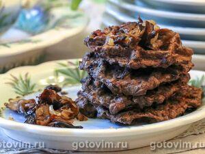 Вафли из печени с жареными грибами и луком