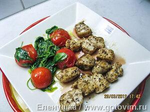 Тунец с соусом из красного уксуса с рукколой и помидорами