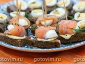 Тартинки из ржаного хлеба с перепелиными яйцами и соленой семгой