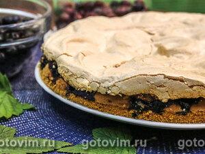 Бисквитный пирог с черной смородиной и безе