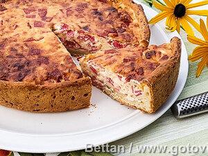 Пирог из творожного теста с салями и сыром