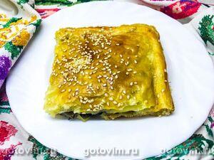 Пирог из слоеного теста с солеными груздями в духовке
