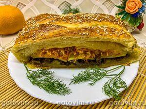 Пирог из слоеного теста с мясом, картофелем и морковью
