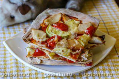 Пицца из готового теста с курицей и кабачками