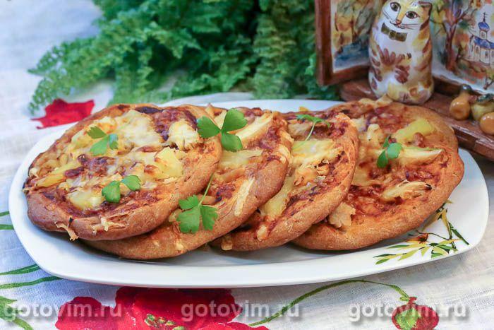 Мини-пицца из теста на кефире с курицей и ананасами
