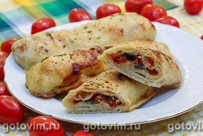 Закрытая пицца-палочка с моцареллой и помидорами