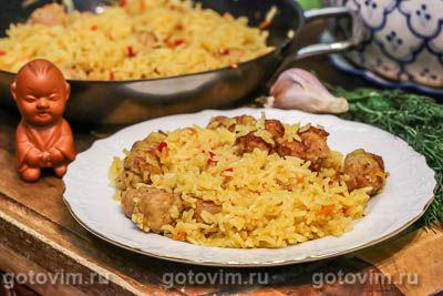 Рис с жареными колбасками и овощами
