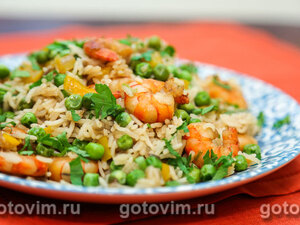 Рис с креветками, сладким перцем и зеленым горошком