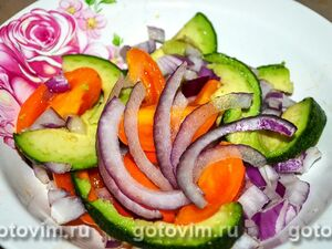 Овощной салат из авокадо, помидоров и красного лука