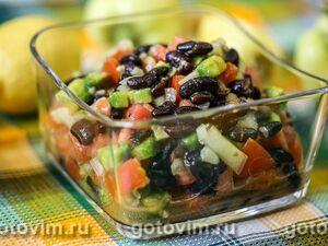 Салат из авокадо с черной фасолью и овощами