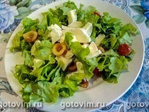 Фруктовый салат из черешни, миндаля и сыра