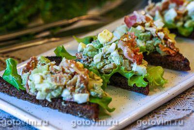 Американский яичный салат с хрустящим беконом