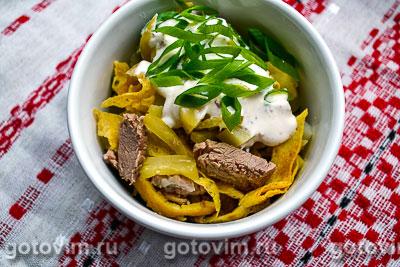 Мясной салат с говядиной и яичными блинчиками. Фотография рецепта