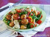 Салат из молодого картофеля и жареных кальмаров