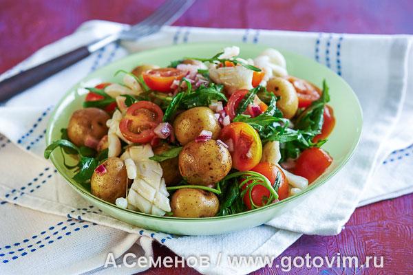 Салат из молодого картофеля и жареных кальмаров. Фотография рецепта