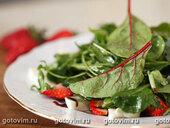 Салат из моцареллы с клубникой, мангольдом, шпинатом и рукколой
