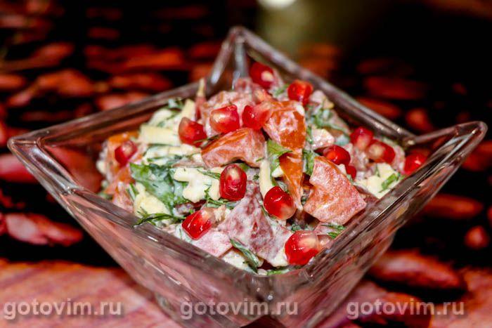 Салат с колбасой и помидором