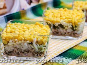 Слоеный салат с консервированной рыбой, рисом и кукурузой