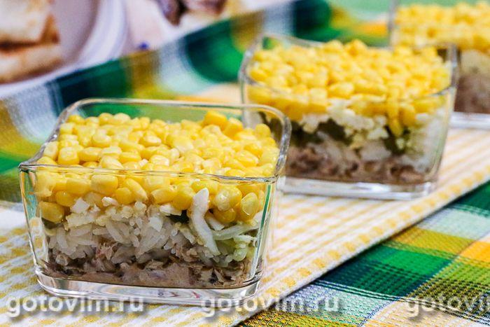 Слоеный салат с консервированной рыбой, рисом и кукурузой. Фотография рецепта