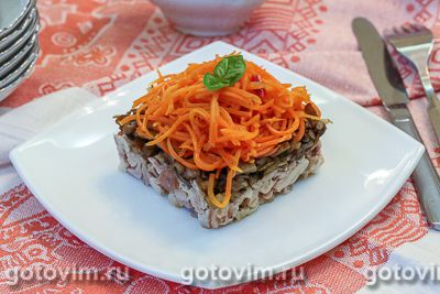 Слоеный салат из копченой курицы с корейской морковью