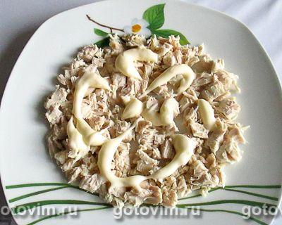 Слоеный салат с курицей, ананасами, сыром и орехами, Шаг 01