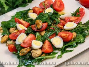Салат из мидий с помидорами черри и рукколой