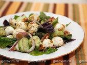 Зеленый салат с моцареллой и грецкими орехами