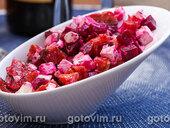 Салат из копченой красной рыбы с фетой и свеклой