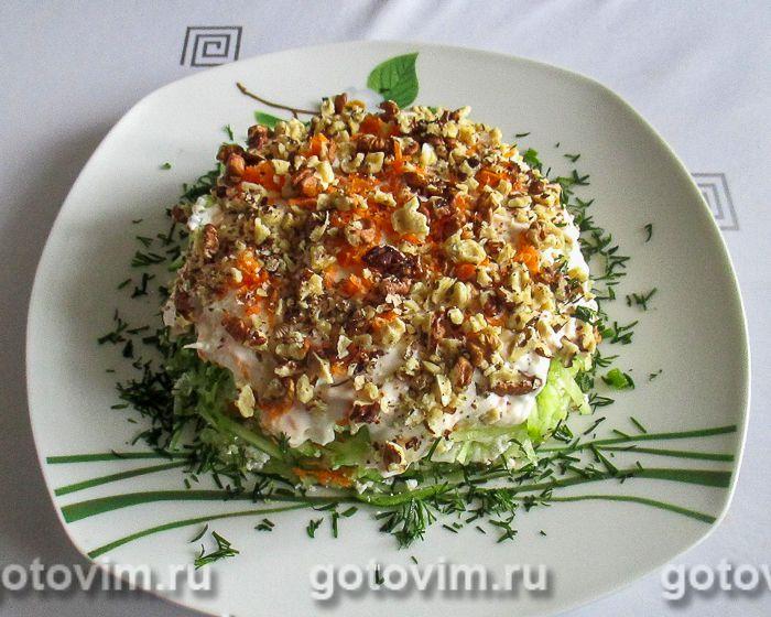 Слоеный салат с творогом, свежими овощами и грецкими орехами. Фотография рецепта