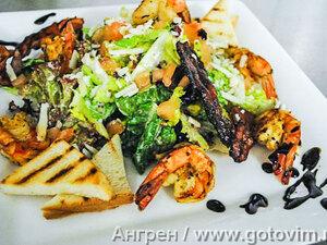 Салат «Цезарь» с креветками и необычным соусом