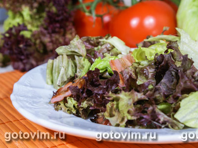Зеленый салат с беконом. Фотография рецепта