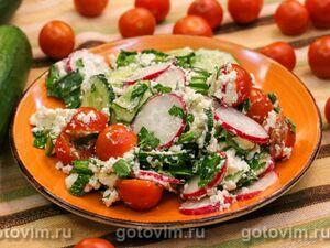 Салат с черемшой, овощами и творогом