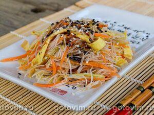 Салат с фунчозой, овощами и яичными блинчиками