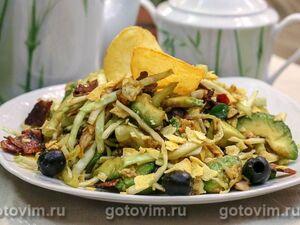 Салат с чипсами, курицей и хрустящим беконом