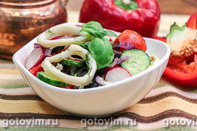 Салат греческий с кальмарами и овощами