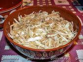 Салат капустный с курицей и грушей