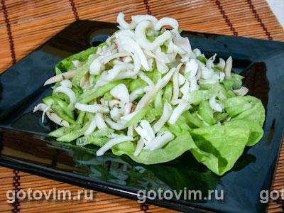 Салат из кальмаров с огурцами. Фотография рецепта