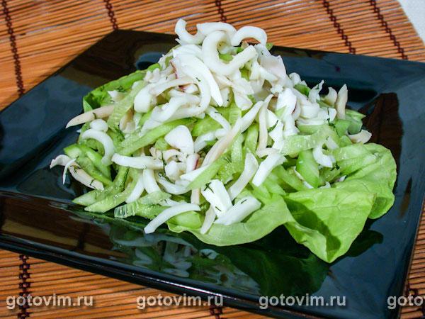 Салат с кальмарами и свежие огурцы