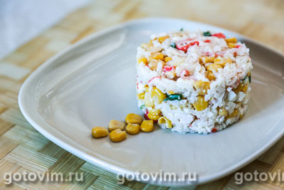 Салат из крабовых палочек с рисом и кукурузой. Фотография рецепта