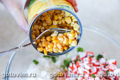 Салат из крабовых палочек с рисом и кукурузой, Шаг 03