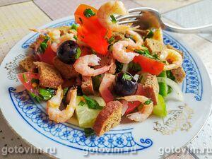 Салат с креветками, огурцом, помидорами и ржаными сухариками