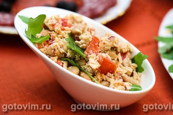 Салат с курицей и фасолью. Фотография рецепта