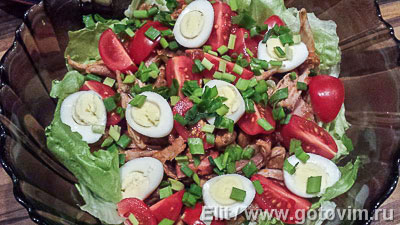 Салат с курицей, жареным беконом и грибами от шеф-повара. Фотография рецепта