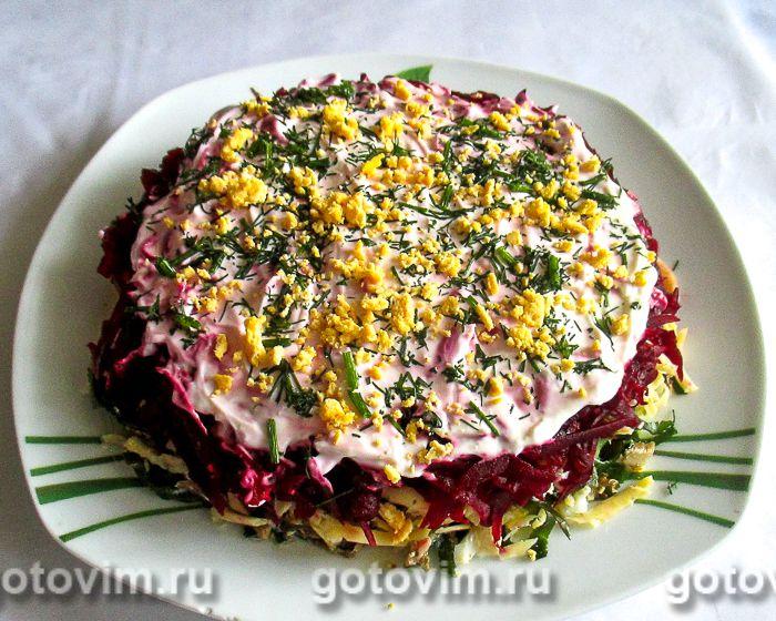 Слоеный салат из свеклы, морской капусты и шпрот. Фотография рецепта
