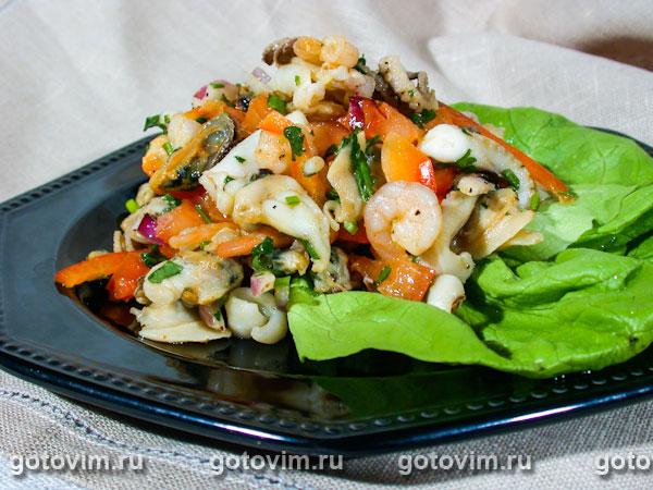 Салат из овощей с морским коктейлем.  Автор: Елена Покровская (Готовим.РУ).  Нажмите на картинку, чтобы...