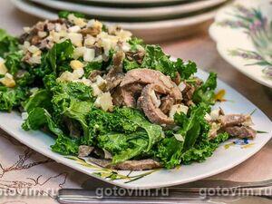 Салат из свиного языка с маринованными опятами и капустой кале
