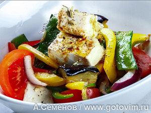 Теплый салат из обжаренных баклажанов и перца с тофу